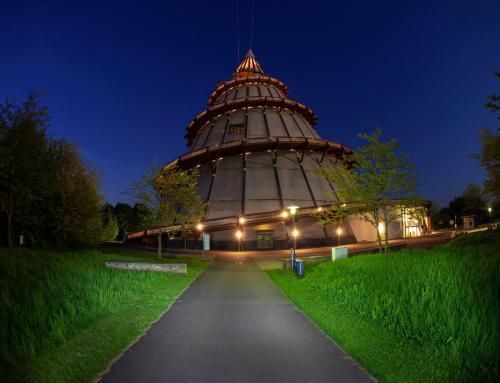 Am Jahrtausendturm im Elbauenpark Magdeburgs