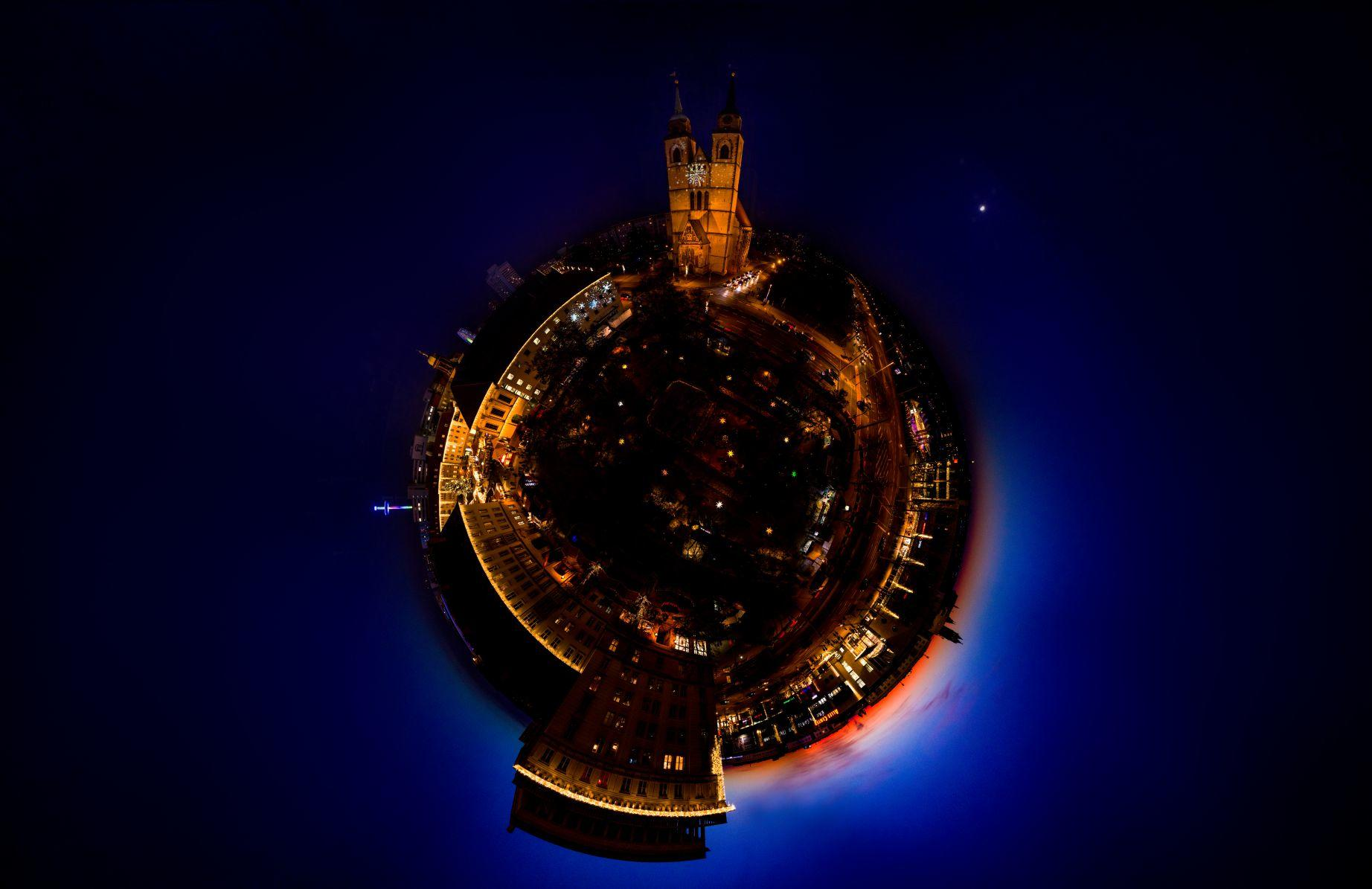 Traditioneller Weihnachtsmarkt - am Ratswaageplatz in Magdeburg - Little Planet